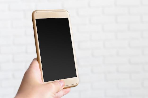 屋外モバイルスマートフォンを使用して女性のクローズアップ
