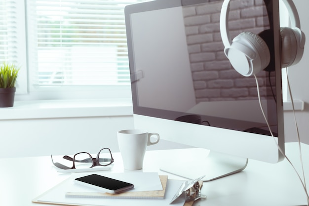 コンピューターと作業テーブル