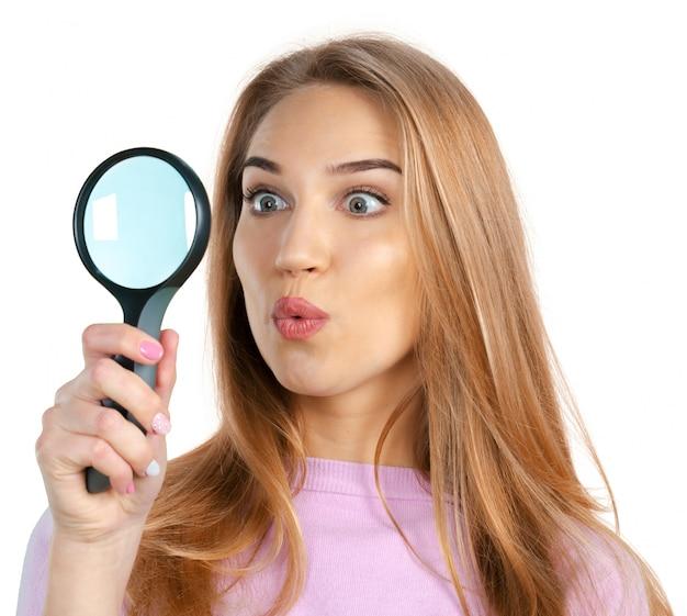 虫眼鏡を持つ若い女
