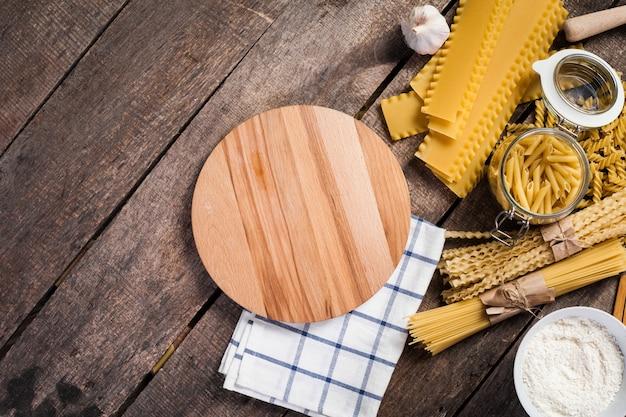 古い木の上の小麦粉と卵のパスタスパゲッティ