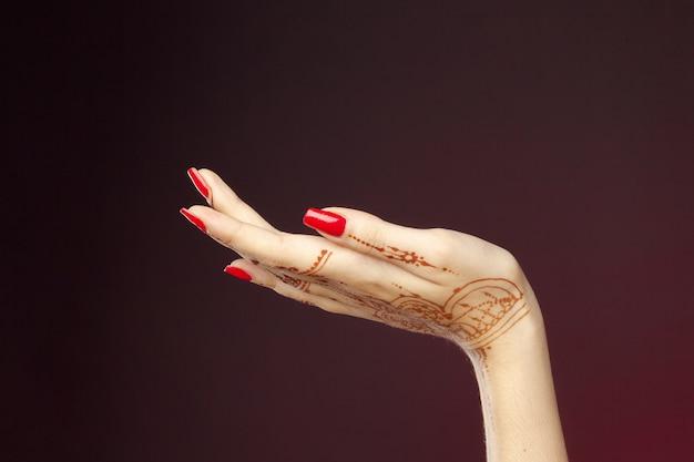 Женщина руки с менди