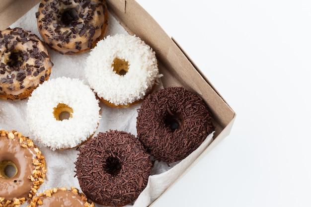 Сладкие пончики в бумажной коробке