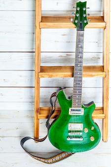 古い木製の表面のエレクトリックギター