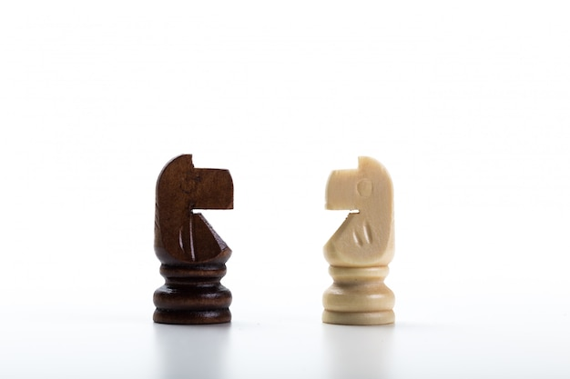 白い背景で隔離のチェス