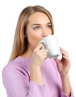紅茶やコーヒーのカップを持つ美しい女性
