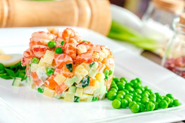 Русский салат с креветками