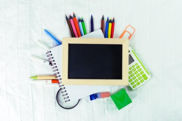 あなたのデザインのための小さな木枠空白黒板