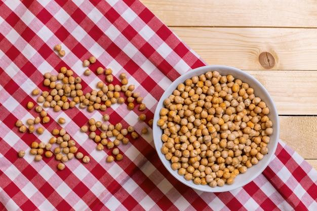 木製のテーブルの上の大豆
