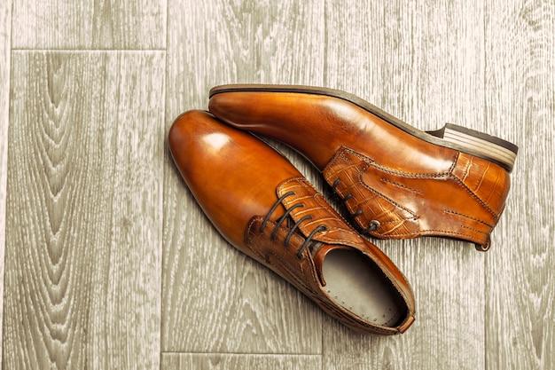 木製の男性の靴とファッションのコンセプト