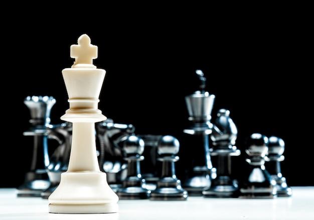 Шахматные фигуры на черном
