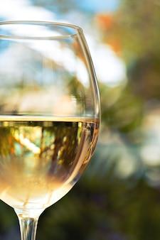冷やした白ワインのグラス