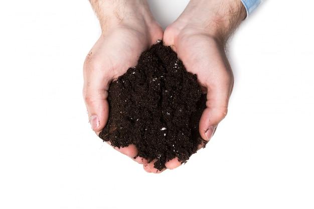 豊富な茶色の土壌の一握り