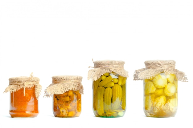 分離されたガラスの瓶に野菜の缶詰