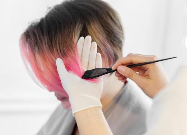 美容師は女性の髪型をします