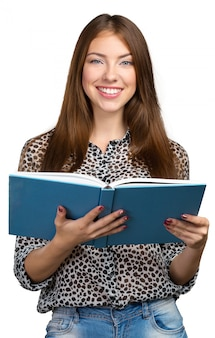 書籍のスタックを保持している笑顔のビジネス女性