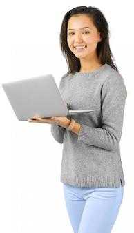 ラップトップコンピューターを持つ女性の笑みを浮かべてください。