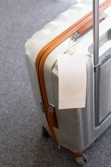 スーツケースに空の荷物タグラベルのクローズアップ