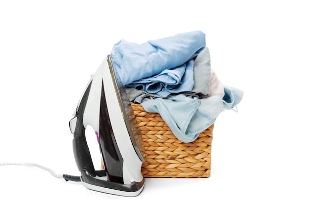 白い背景に分離された洗濯木製バスケットの服