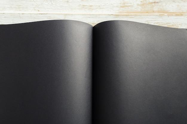 空白の本のモックアップ