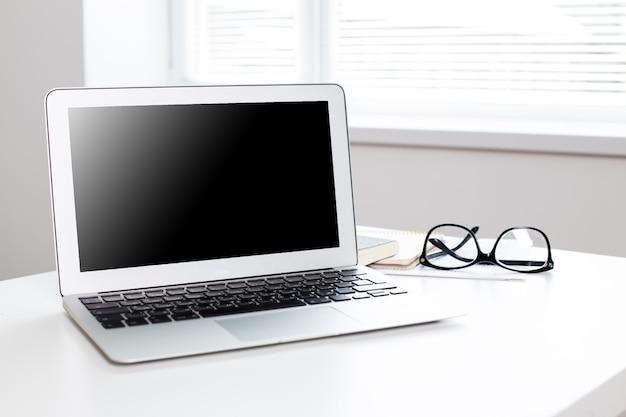 Офисное рабочее место с ноутбуком