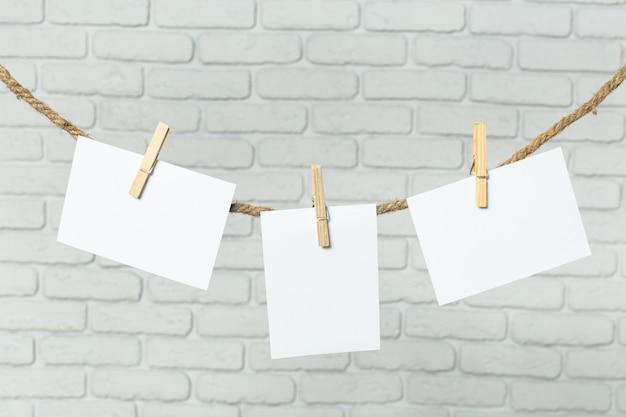 洋服のピンでロープに写真用紙を取り付ける