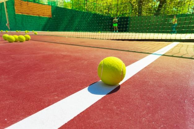 ネット付きテニスコートでテニスボール