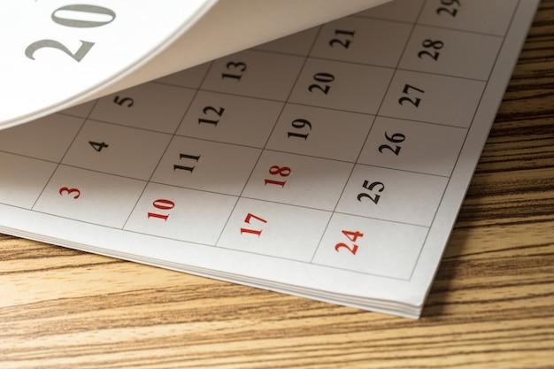 テーブルの上のカレンダー