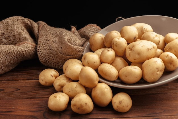 かごの中の新鮮なジャガイモ