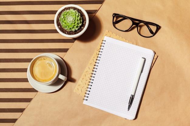 Пустой блокнот и чашка кофе