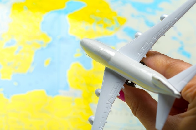 Миниатюра пассажирского самолета, летящего на карте