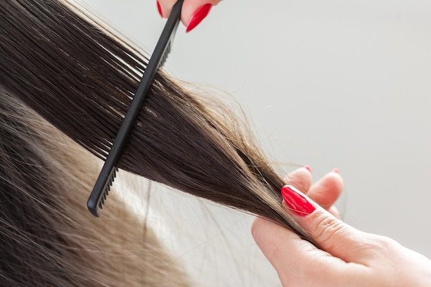 女性は散髪をします