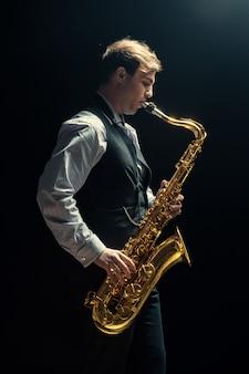 若い男がサックスを演奏