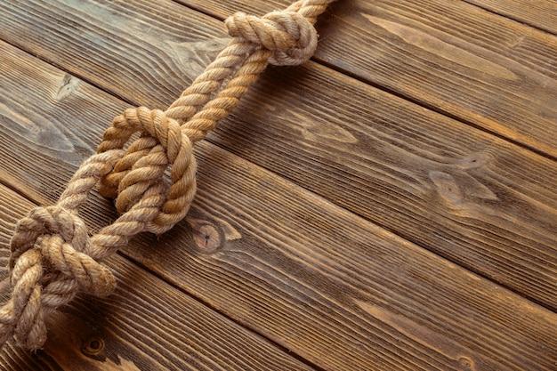 木の板にロープの結び目