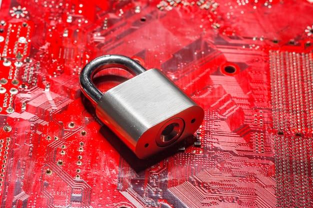 コンピューター回路基板上の南京錠