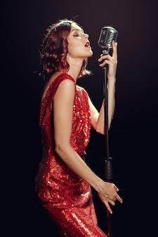 美しい若い歌手