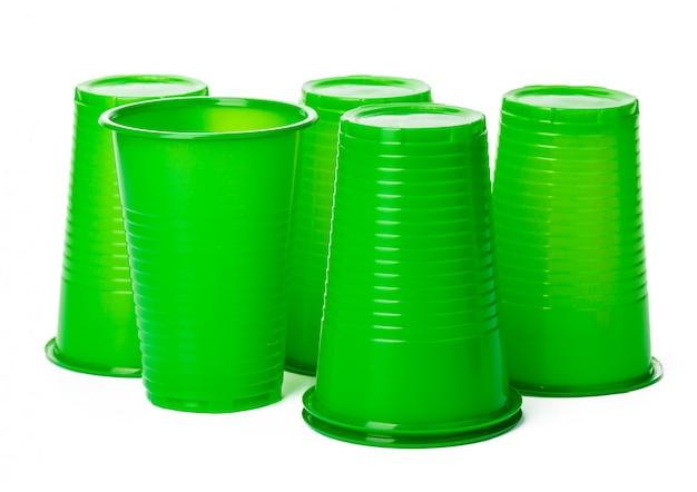 白で隔離される飲み物のプラスチックカップのクローズアップ