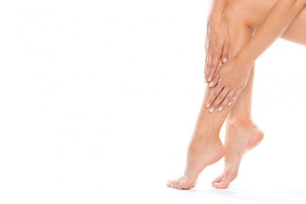 白のクローズアップで分離された美しい女性の足