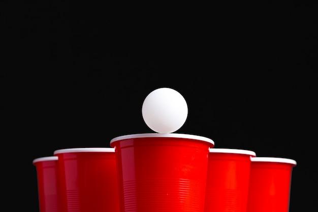 木製テーブルの上のゲームビールピンポン