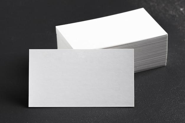 空白の白い名刺のモックアップ