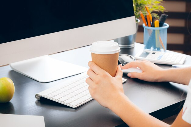 Деловая женщина на работе с ноутбуком крупным планом