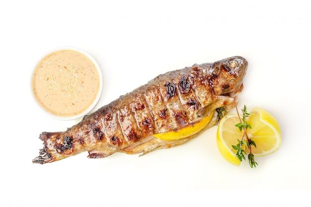 新鮮なハーブとレモンの魚のフライ