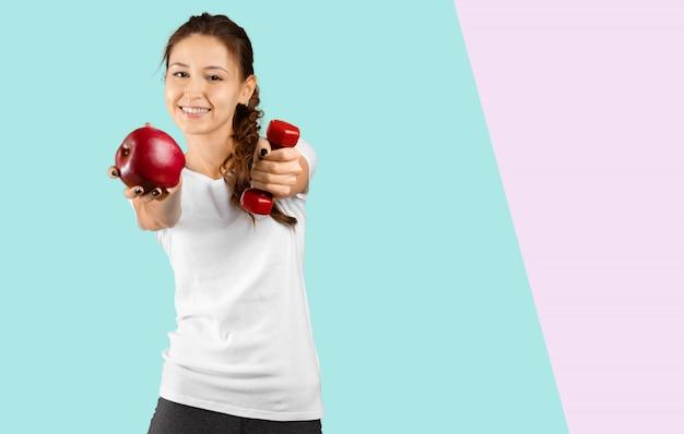 Портрет девушки с красным яблоком