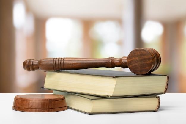 法と正義のイメージ。茶色の木製の背景
