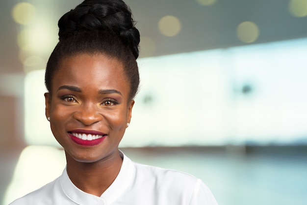 立っている美しい幸せな黒人女性の肖像画