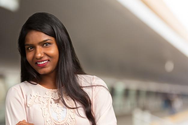 笑顔の若い美しいインドの女性のクローズアップ