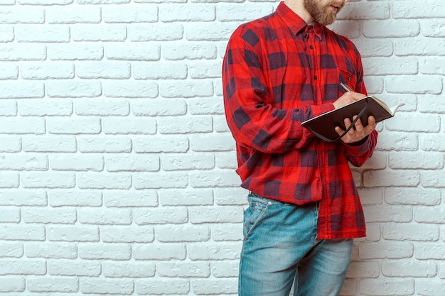 Человек с книгой на стене