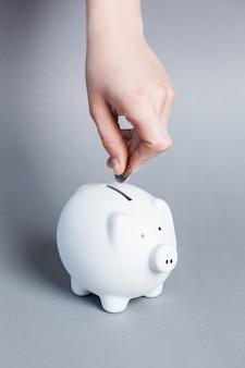 貯金箱にコインを挿入する