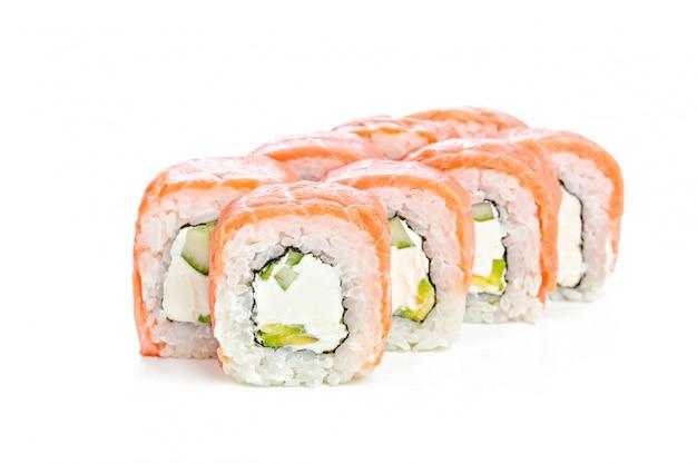 白い背景の上の日本の巻き寿司