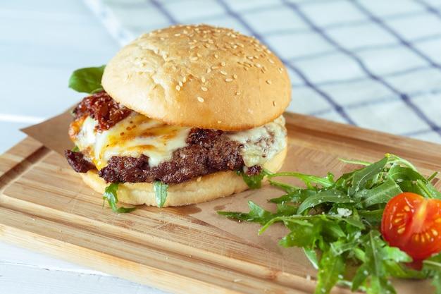 美味しくて食欲をそそるハンバーガー