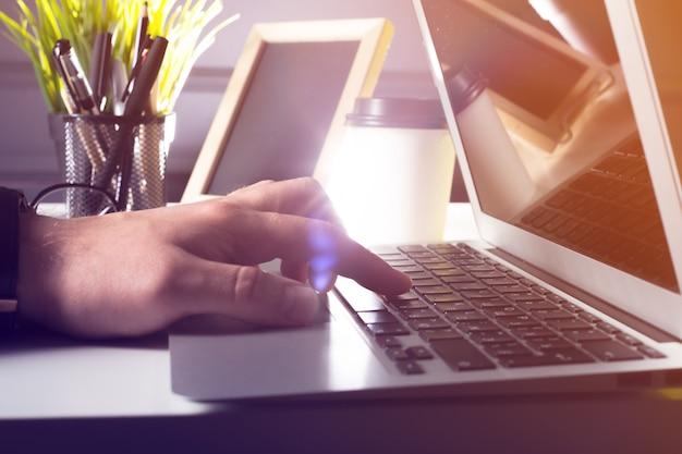 Печатать на ноутбуке крупным планом